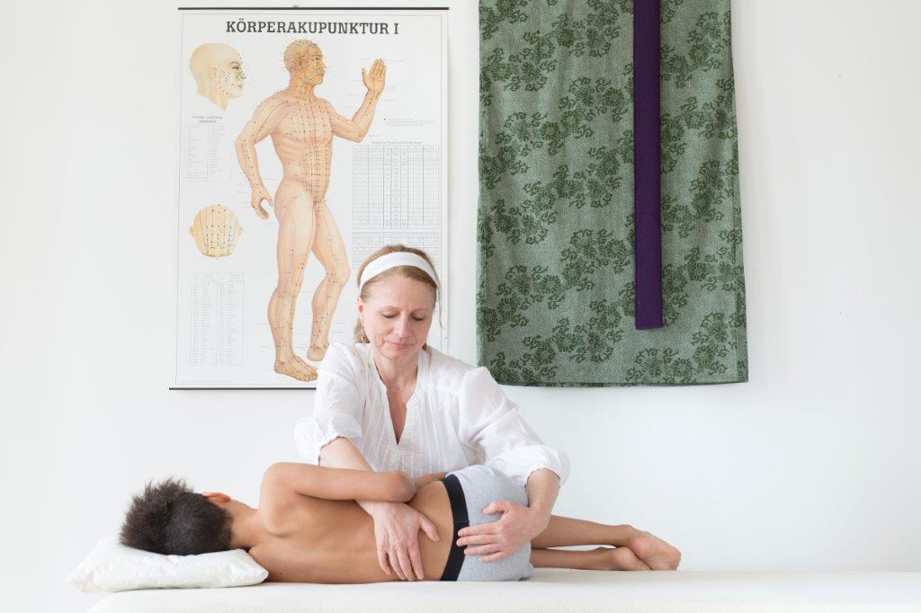 Osteopathische Behandlung eines Jungen