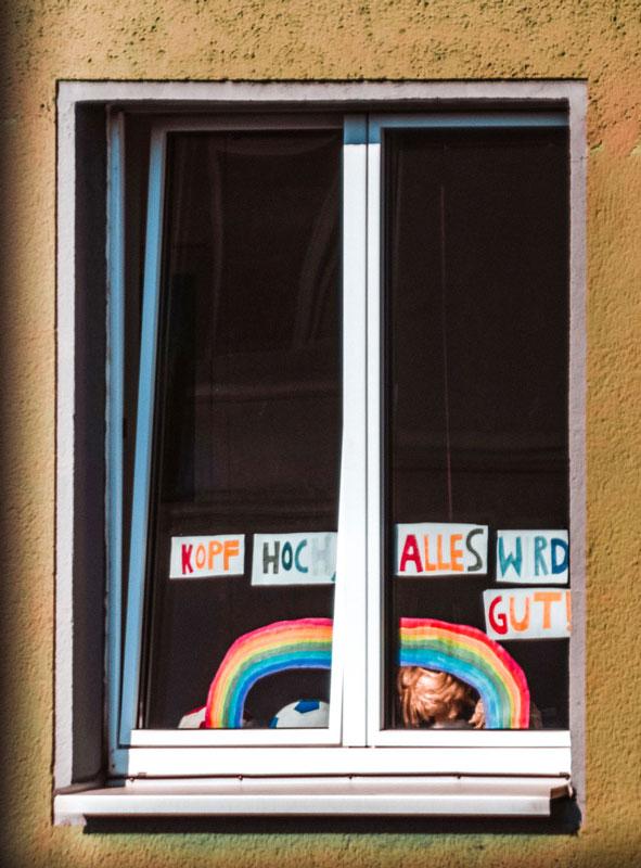 Fenster mit Regenbogen